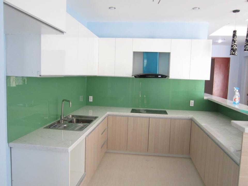 Mẫu 31 : Kính ốp bếp màu xanh cốm.