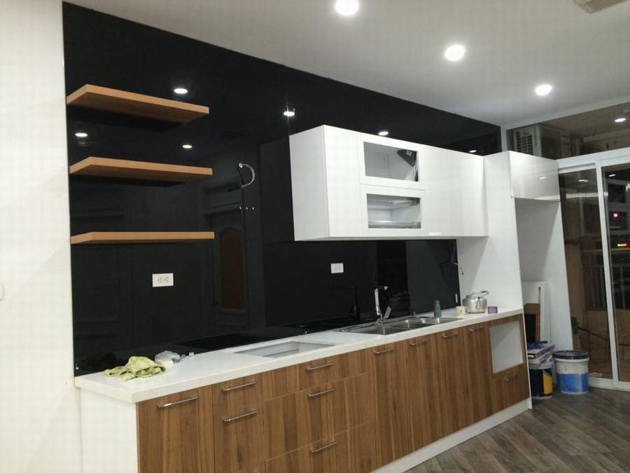 Mẫu 21 : Kính ốp bếp màu đen.