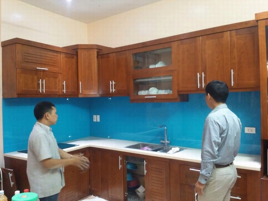 Mẫu 39 : Kính ốp bếp màu xanh dương.
