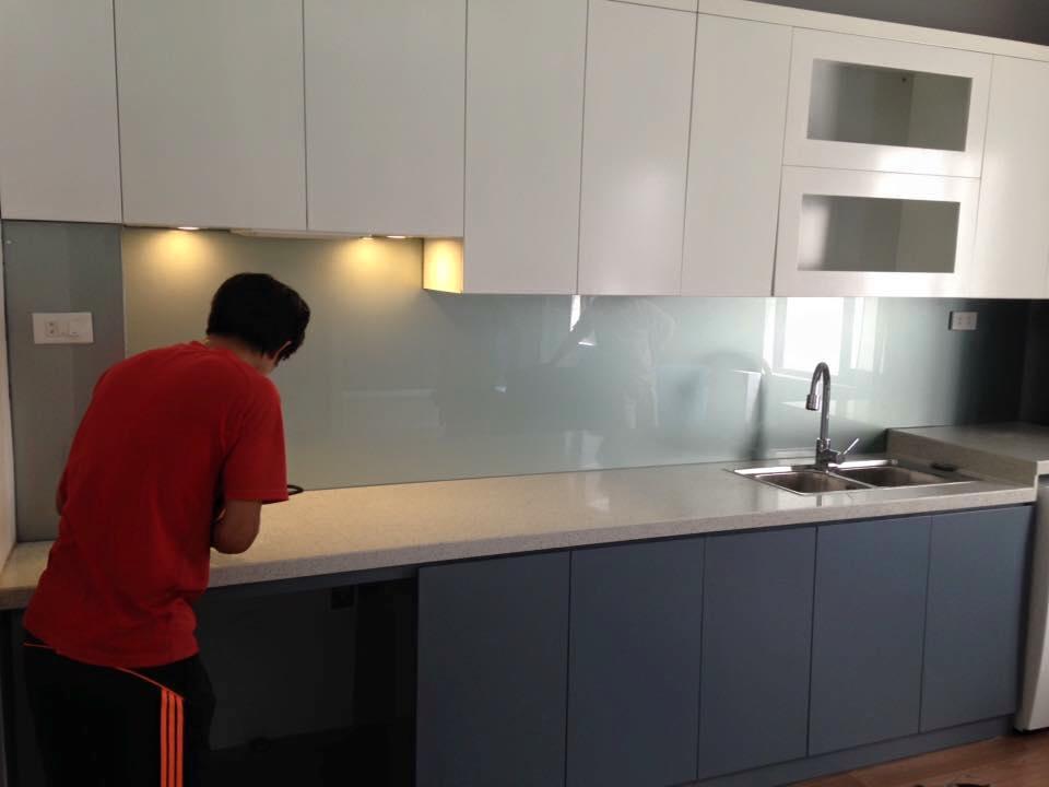 Mẫu 57 : Kính ốp bếp màu ghi.