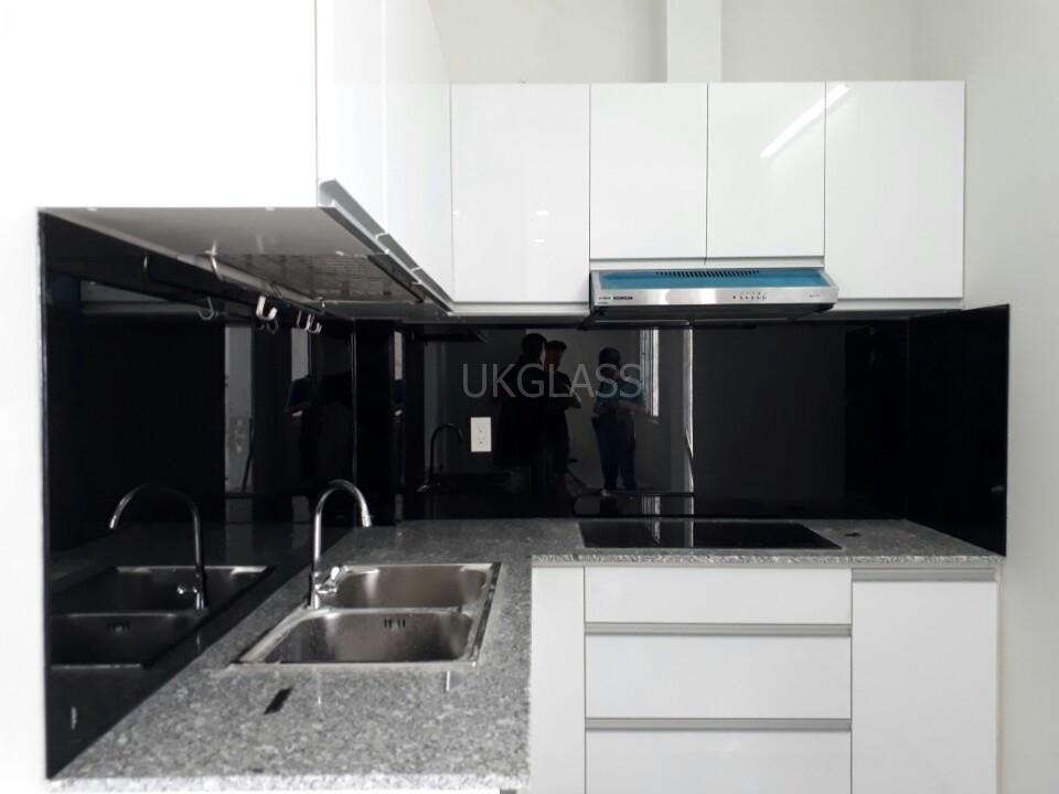 Mẫu 22 : Kính ốp bếp màu đen.