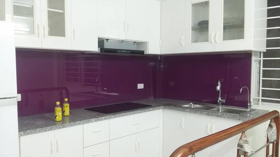 Mẫu 70 : Kính ốp bếp màu tím.