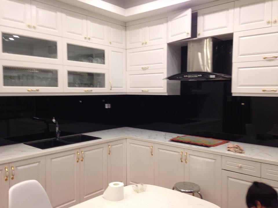 Mẫu 24 : Kính ốp bếp màu đen.
