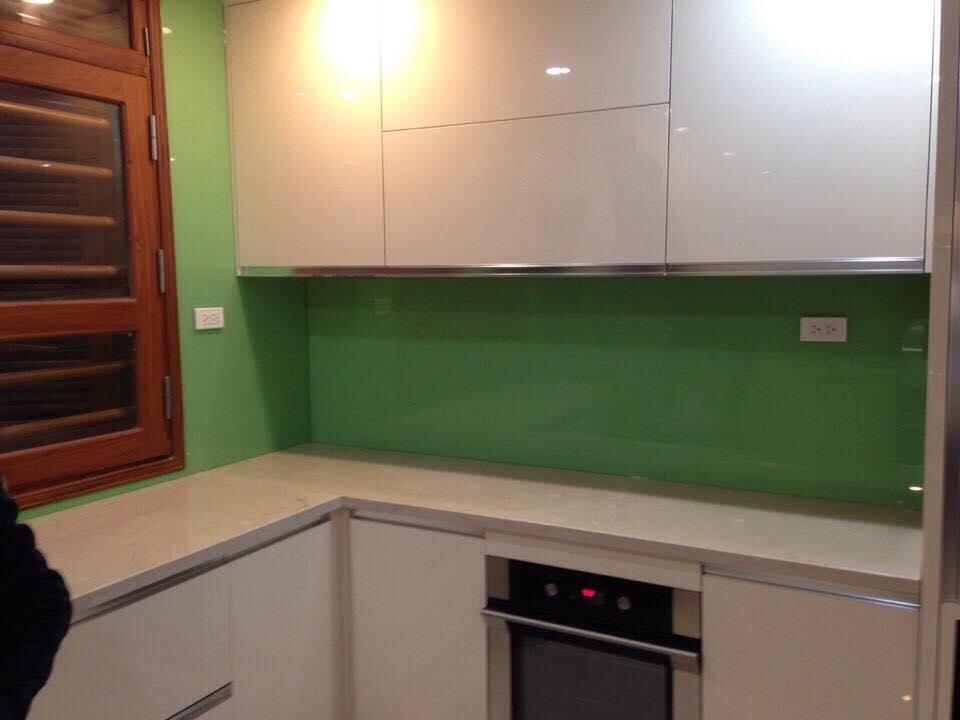 Mẫu 33 : Kính ốp bếp màu xanh cốm.