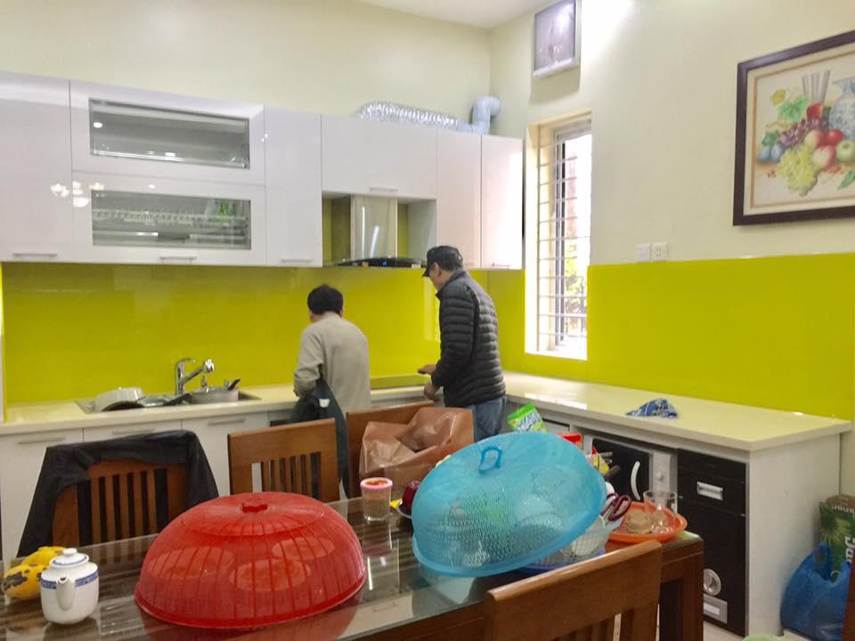 Mẫu 11 : Kính ốp bếp màu vàng chanh.