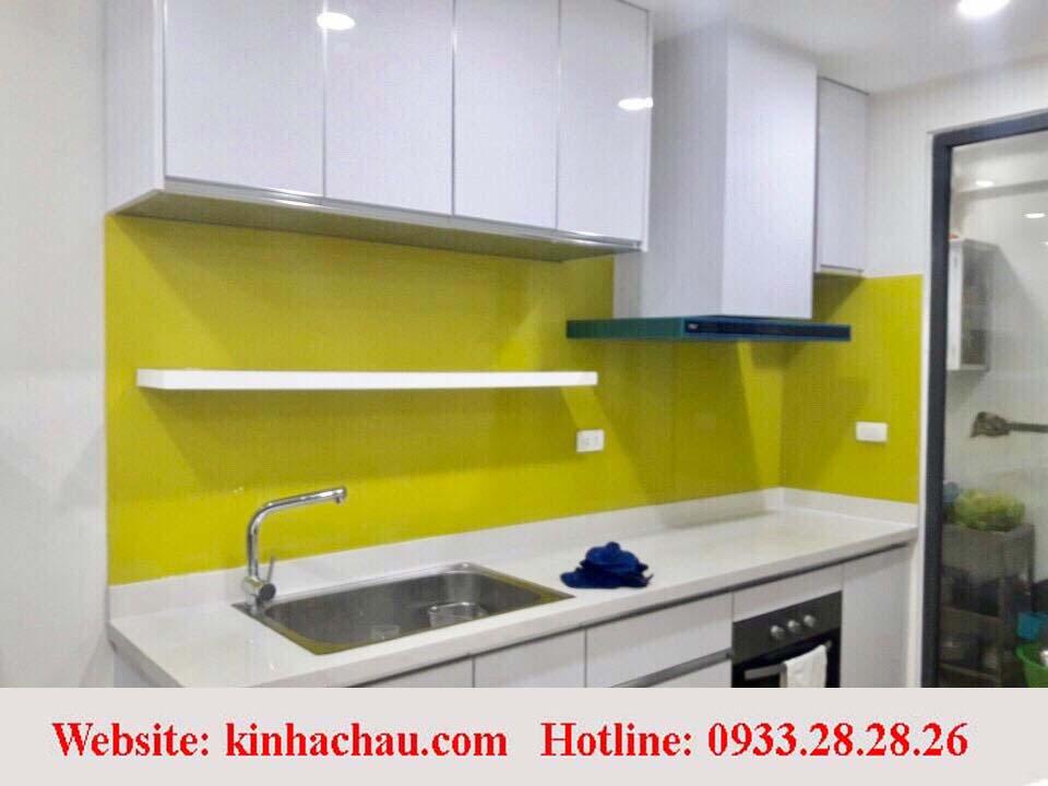 Kính ốp bếp màu vàng chanh sẽ làm cho không gian tràn đầy nắng ấm.