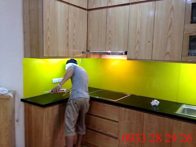 Ảnh thi công thực tế kính ốp bếp màu vàng chanh!