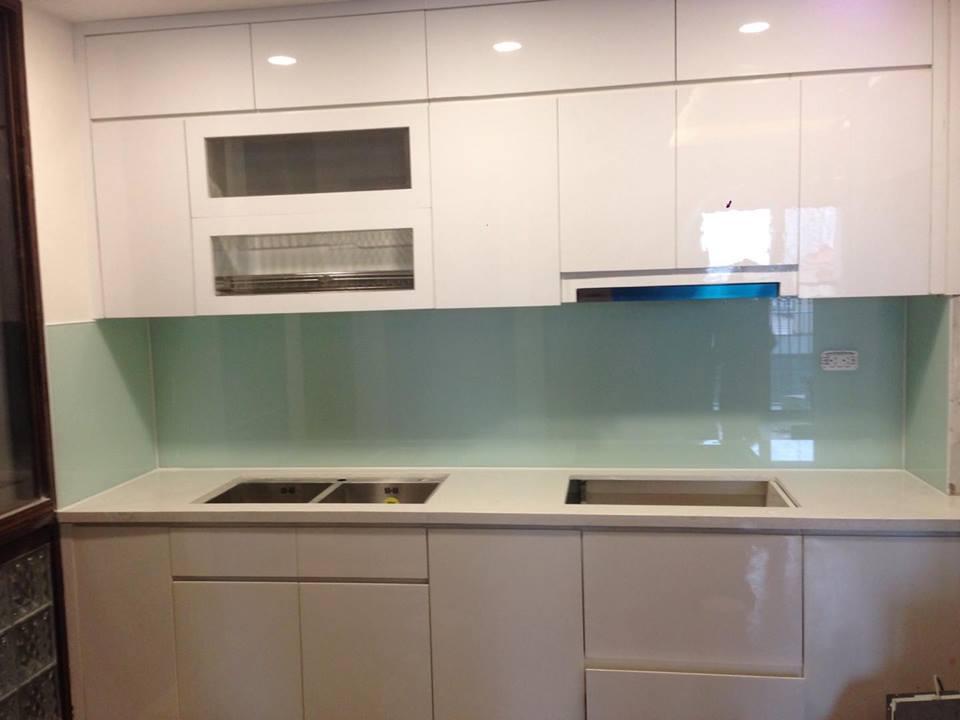 Không gian sẽ trở lên rộng rãi và sang trọng hơn với kính ốp bếp màu trắng xanh.