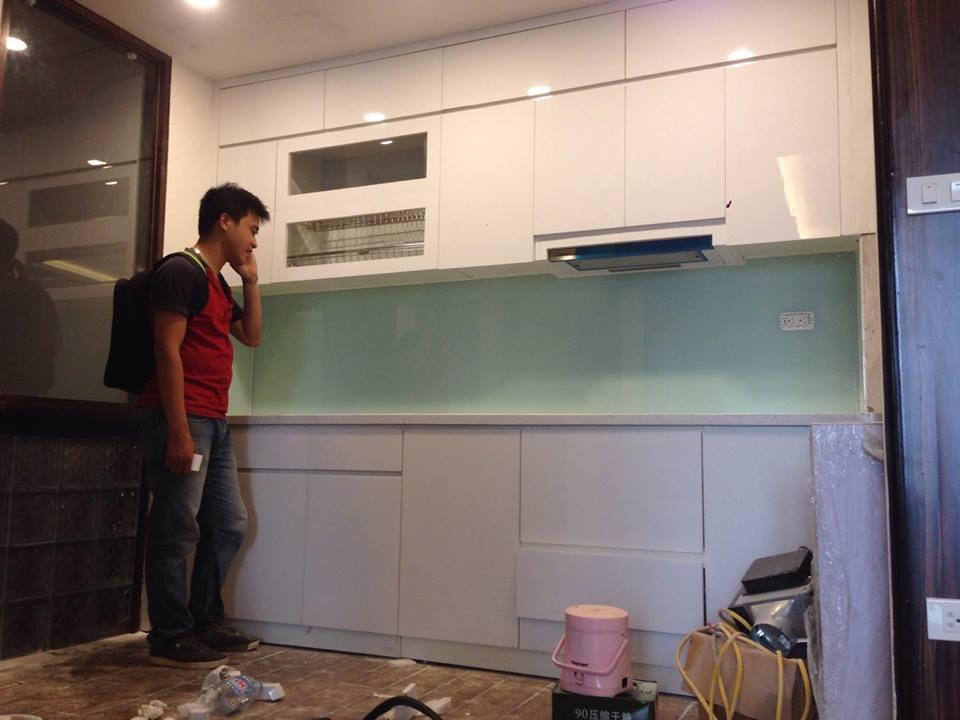 Kính ốp bếp màu trắng xanh luôn là sự lựa chọn thông thái nhất cho một không gian bếp hiện đại