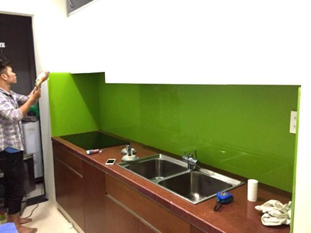 Kính ốp bếp màu xanh non kết hợp tủ bếp màu trắng, luôn toát lên vẻ hiện đại và sang trọng!
