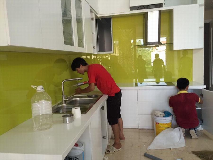 Mẫu 9 : Kính ốp bếp màu vàng chanh.