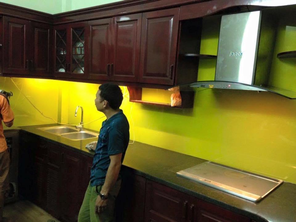 Mẫu 12 : Kính ốp bếp màu vàng chanh.