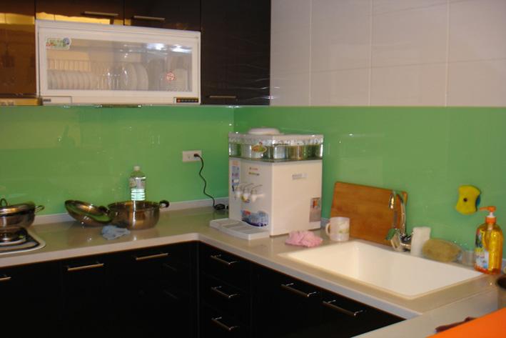 Mẫu 74 : Kính ốp bếp màu xanh úa.