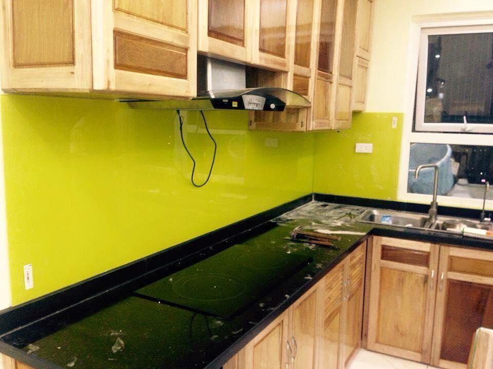 Mẫu 7 : Kính ốp bếp màu vàng chanh.