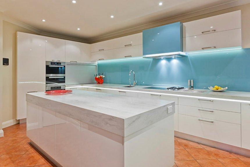 Mẫu 41 : Kính ốp bếp màu xanh lơ.