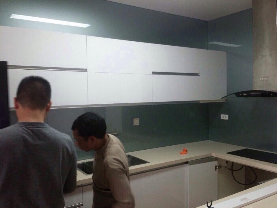 Mẫu 42 : Kính ốp bếp màu xanh lơ.
