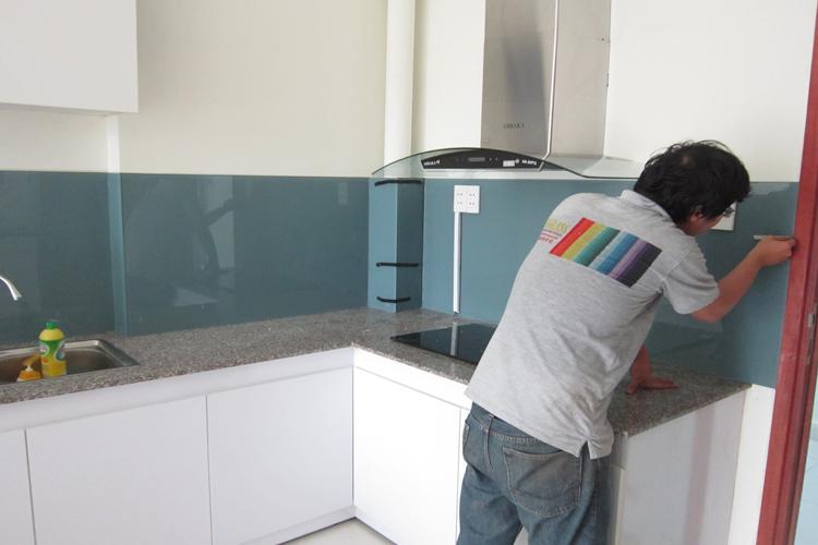 Mẫu 43 : Kính ốp bếp màu xanh lơ.
