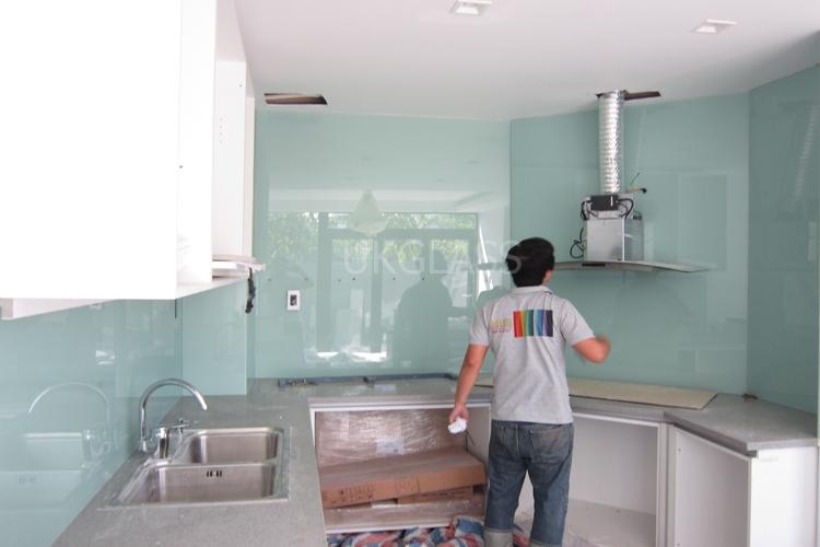 Mẫu 18 : Kính ốp bếp màu trắng xanh.