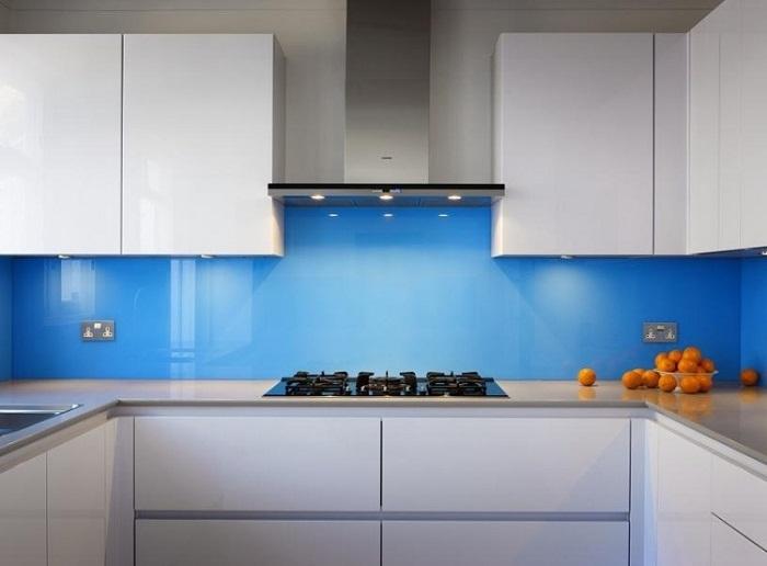 Mẫu 37 : Kính ốp bếp màu xanh dương.