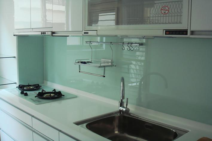 Vị trí trên vách tường nhà bếp phần lớn sử dụng cho tủ treo, cũng có thể khiến cho không gian tầng trên của nhà bếp được sử dụng một cách triệt để.