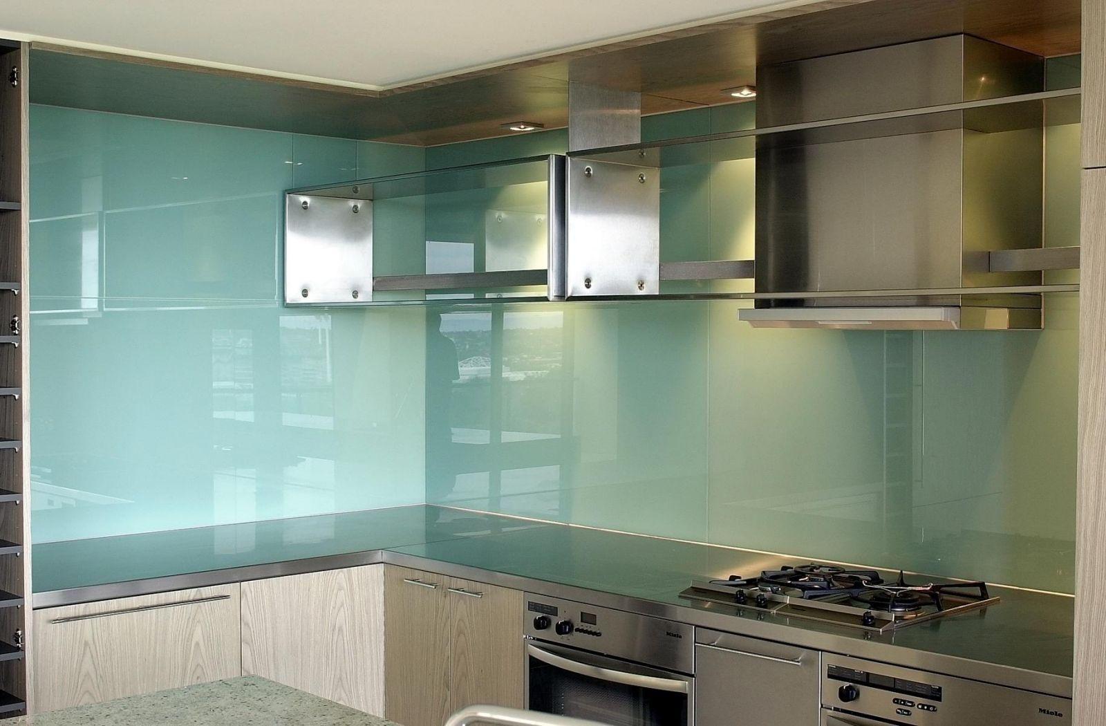 Kính ốp bếp màu trắng xanh mang sự nhẹ nhàng tới không gian