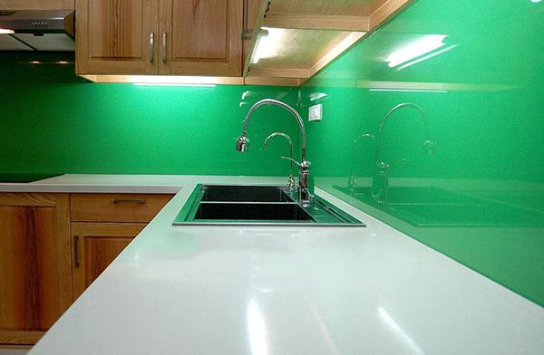 Mẫu 64 : Kính ốp bếp màu xanh lá.