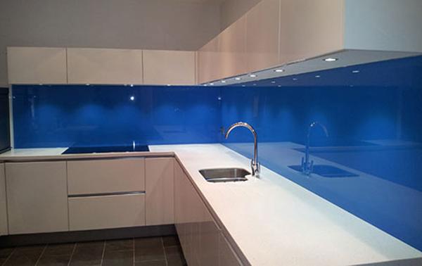 Mẫu 36 : Kính ốp bếp màu xanh dương.