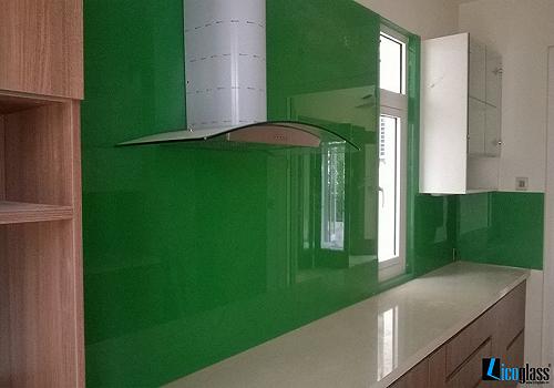 Mẫu 63 : Kính ốp bếp màu xanh lá.