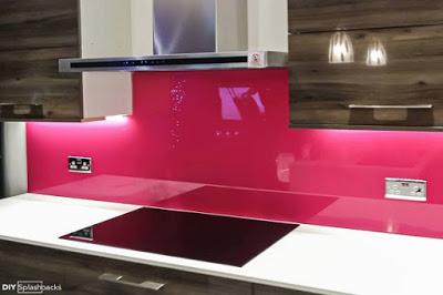 Mẫu 68 : Kính ốp bếp màu hồng phấn.