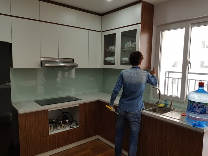 Ảnh thi công thực tế kính ốp bếp màu trắng xanh.