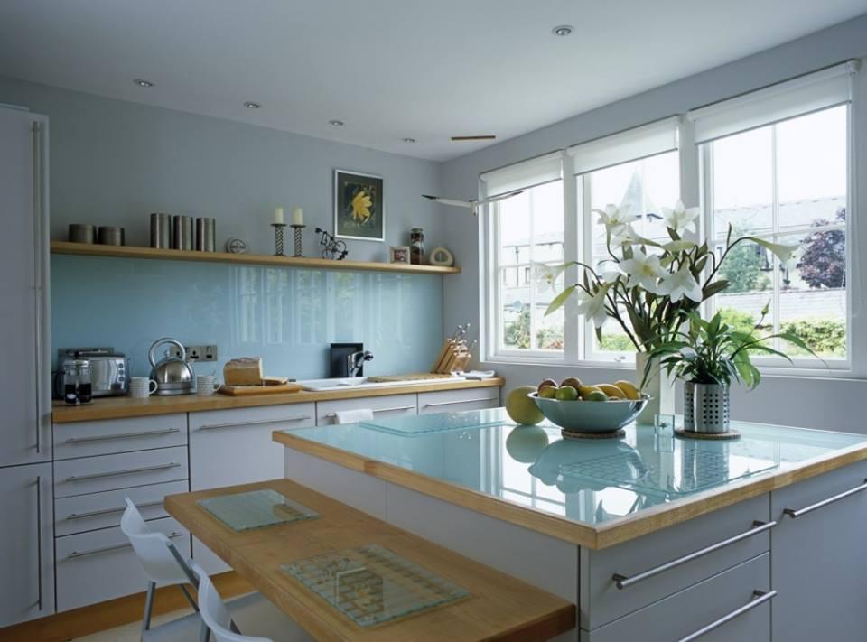 Mẫu 16 : Kính ốp bếp màu trắng xanh.