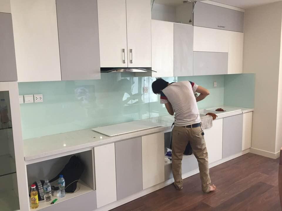 Phòng bếp giản dị với kính ốp bếp màu trắng xanh