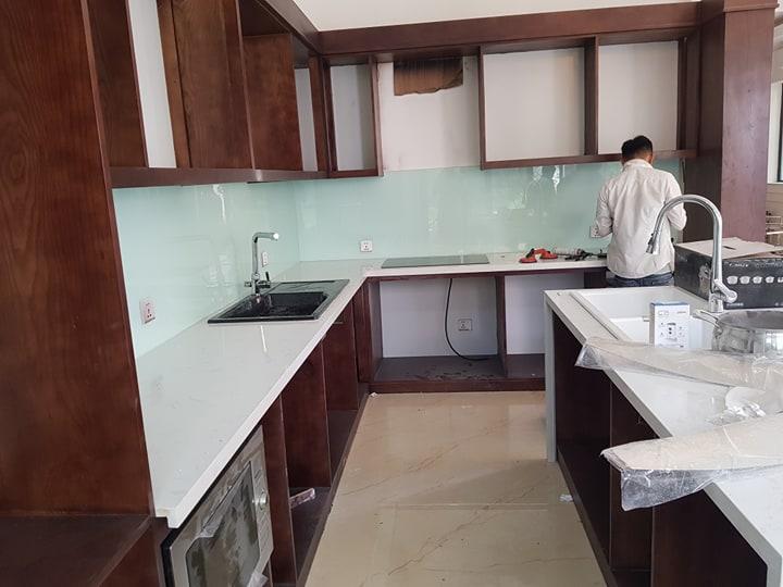 Kính ốp bếp màu trắng xanh.