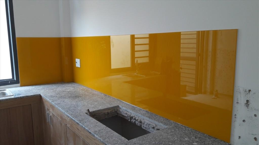 Mẫu 49 : Kính ốp bếp màu vàng thư.