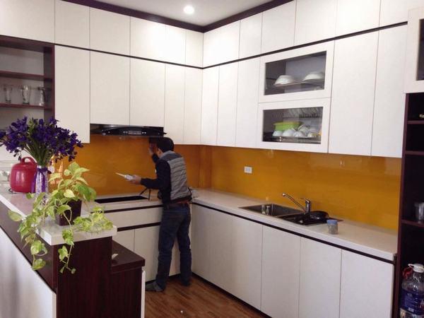 Mẫu 48 : Kính ốp bếp màu vàng thư.