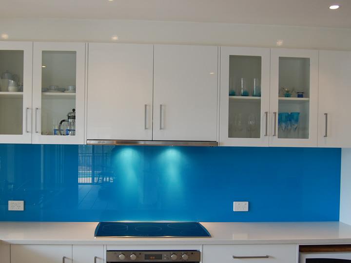 Mẫu 38 : Kính ốp bếp màu xanh ngọc.