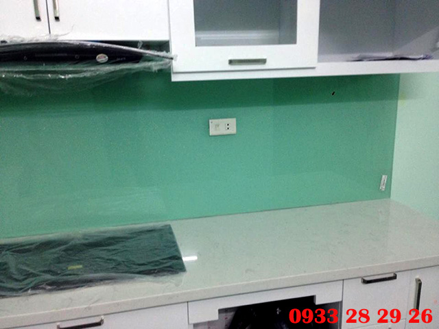 Ảnh thi công thực tế kính ốp bếp màu xanh ngọc tại HH2A, Linh Đàm