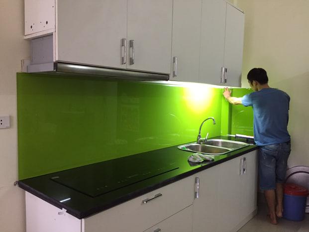 Ảnh thi công thực tế kính ốp bếp màu xanh non.