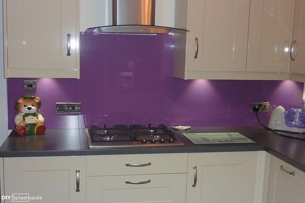 Mẫu 72 : Kính ốp bếp màu tím.