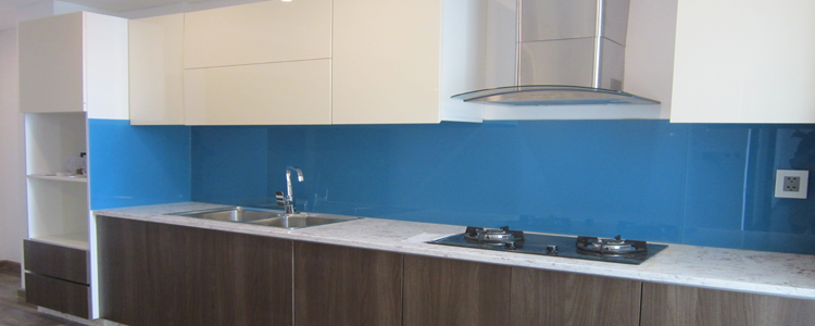 Mẫu 40 : Kính ốp bếp màu xanh dương.