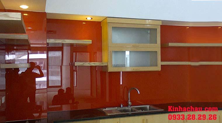 Kính ốp tường bếp đẹp màu cam