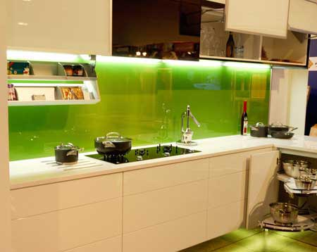 kính ốp bếp màu xanh non và ý nghĩa phong thủy của nó