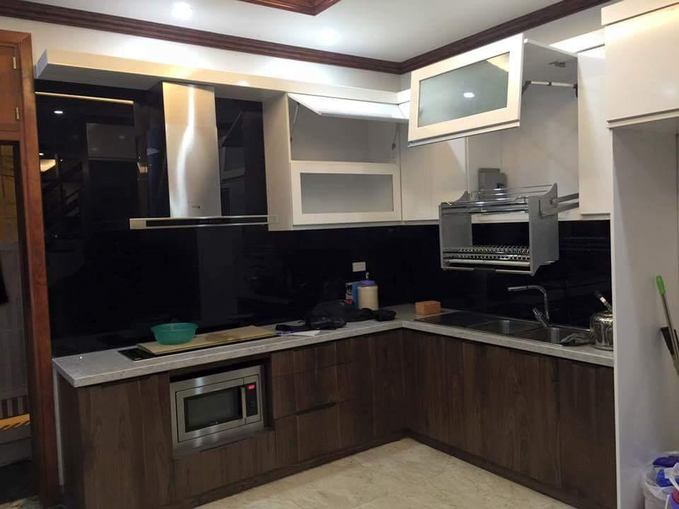 Mẫu 23 : Kính ốp bếp màu đen.
