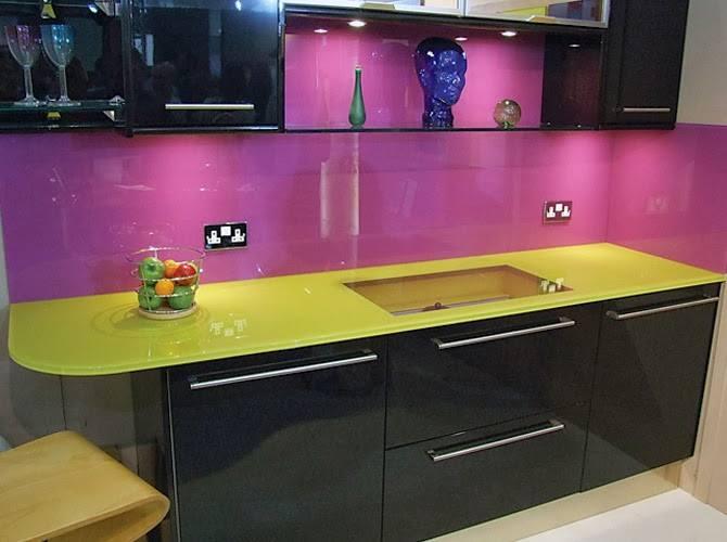 Mẫu 66 : Kính ốp bếp màu hồng phấn.
