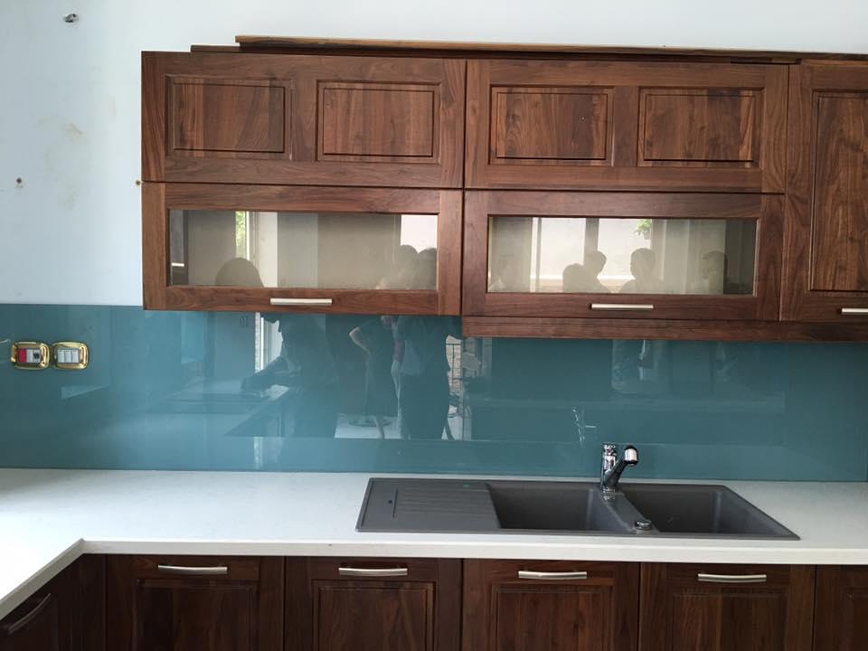 Mẫu 44 : Kính ốp bếp màu xanh lơ